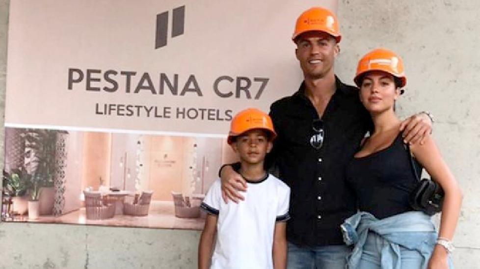 C.Ronaldo đội mũ công nhân để dẫn cả nhà đi chơi… khách sạn