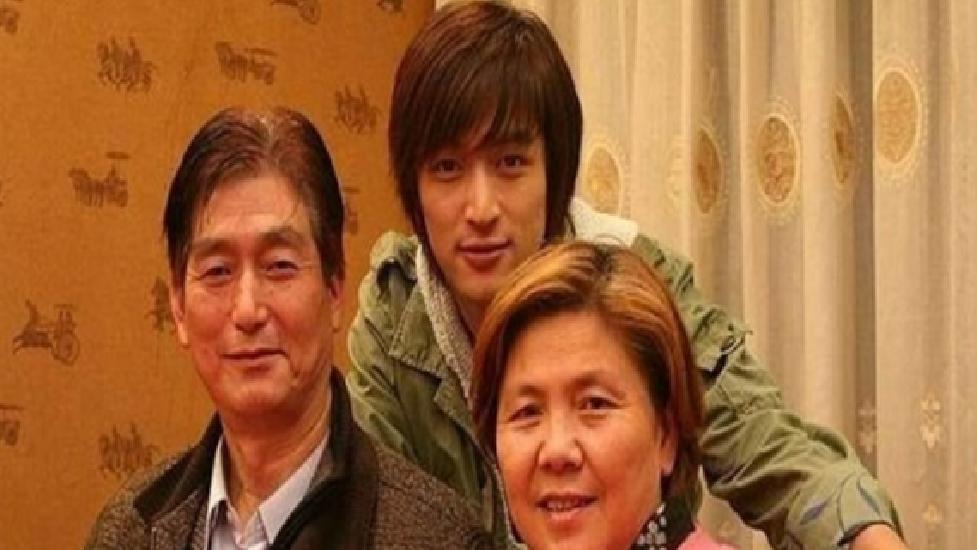 Muôn kiểu báo hiếu cha mẹ của sao Hoa ngữ: Người hiếu thuận, kẻ làm ngơ