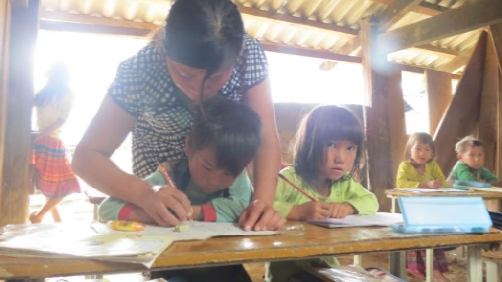 Cảm động cô giáo hơn 20 năm 'gieo chữ' trên lưng chừng núi