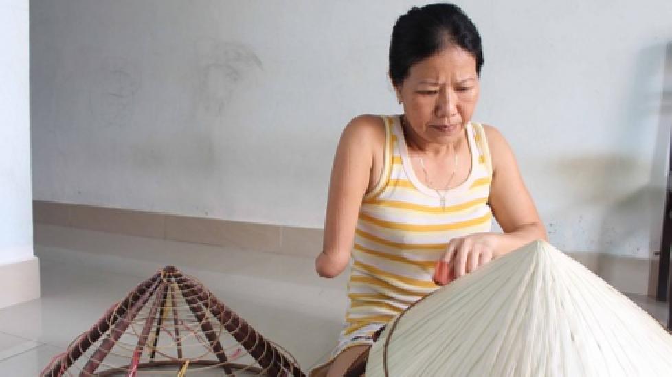 """Người phụ nữ khuyết tật """"nâng tầm"""" nón lá xứ Huế"""