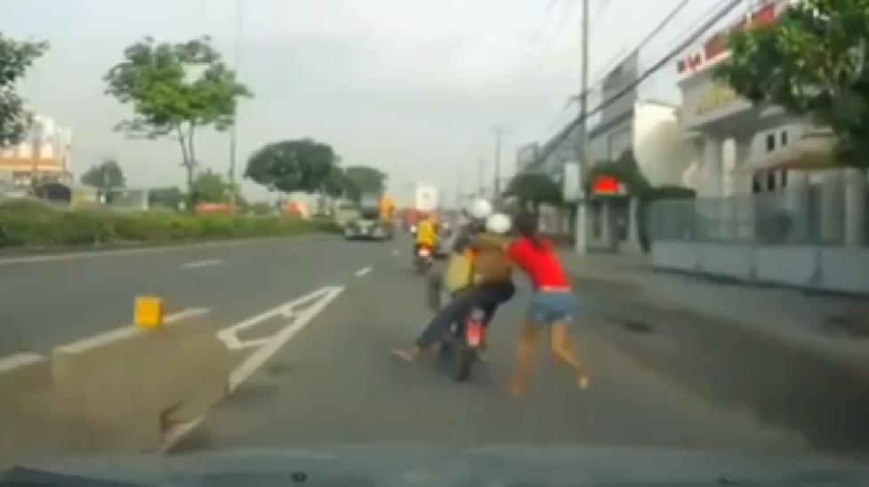 Bình Dương: Cô gái bị cướp kéo lê hàng trăm mét trên đường