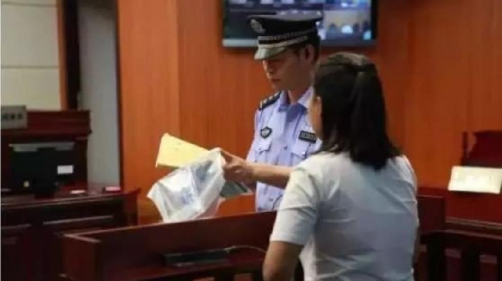 Nữ nhân viên thu ngân chế bom đi cướp ngân hàng