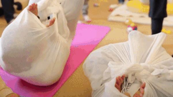 Xem người Nhật chữa đau lưng bằng cách… trói mình trong chăn
