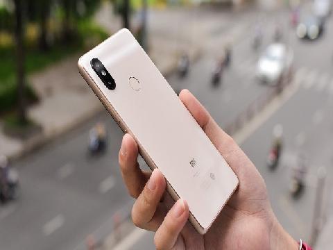 Trên tay Xiaomi Mi 8 SE màu vàng: vuông vắn hơn, khá giống Mi Mix 2S, Snapdragon 710 đầu tiên