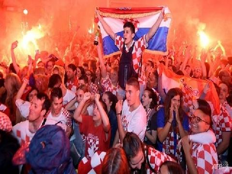 Đội nhà vào chung kết World Cup, triệu fan Croatia phát cuồng!