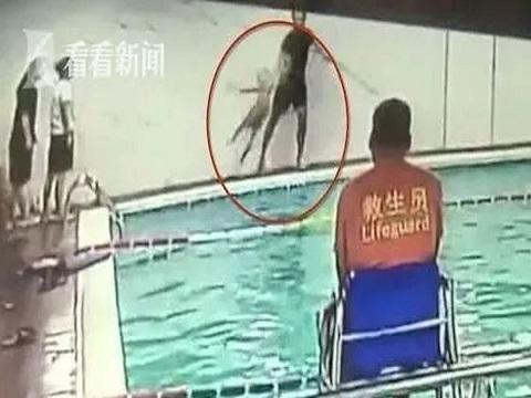 HLV Trung Quốc quăng cậu bé 6 tuổi xuống bể bơi