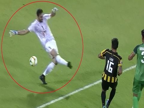Bi hài khoảnh khắc thủ môn sút hụt bóng khiến đội nhà thủng lưới