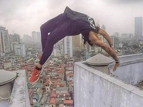 Cận cảnh chàng trai nhảy lộn ngược qua nóc tòa nhà cao 18 tầng