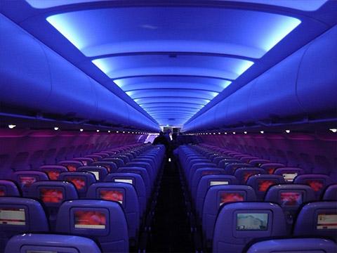 Tại sao máy bay khi hạ cánh phải để tình trạng ''đèn mờ''