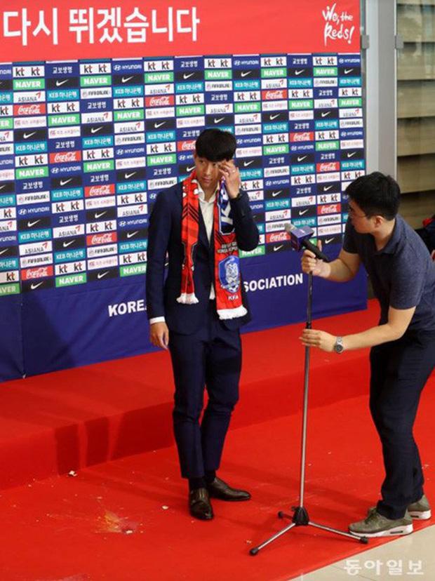 Cận cảnh cầu thủ Hàn Quốc sốc khi bị fan ném trứng và gối in cờ Anh khi trở về nước - Ảnh 5.