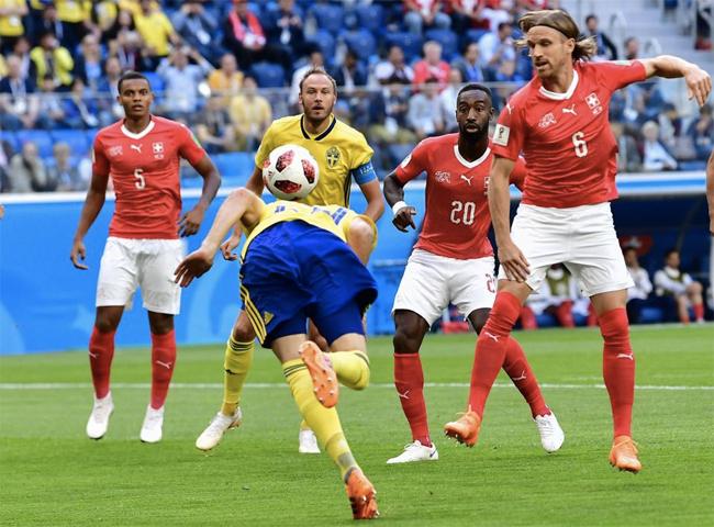 Các cầu thủ Thuỵ Sĩ (áo đỏ) đã có một trận đấu thi đấu dưới sức. Ảnh: AFP