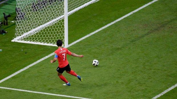 Son Heung-min ghi bàn thắng vào lưới ĐT Đức tại World Cup 2018. Ảnh: Fifa.com.