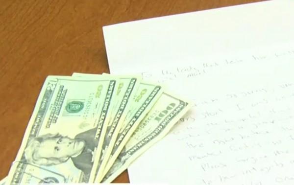 Cắn rứt vì hành động của mình, tên trộm đã gửi lại toàn bộ số tiền và một lá thư xin lỗi nạn nhân