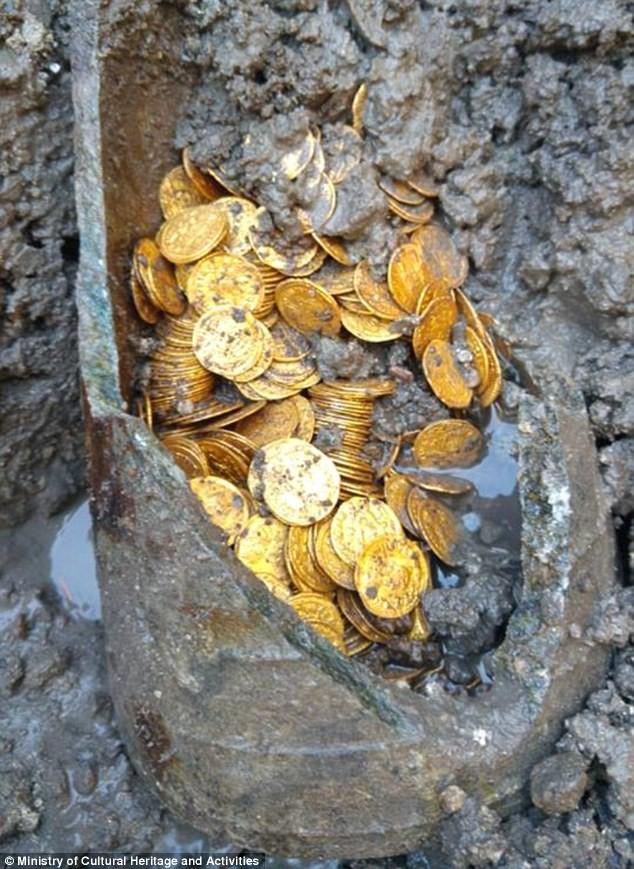 Các đồng tiền vàng được cho là có niên đại từ thế kỷ thứ 5.