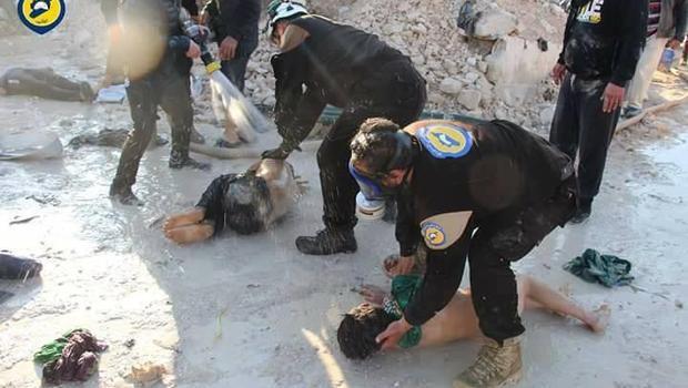 Hình ảnh do thành viên của Mũ Bảo hiểm Trắng công bố cho thấy các nhân viên y tế cấp cứu cho các trẻ em bị cho là nạn nhân của một vụ tấn công hóa học ở Idlib vào tháng 4/2017 (Ảnh: CBS)