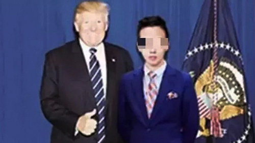 Bức ảnh giả mạo nam thiếu niên Trung Quốc chụp cùng Tổng thống Mỹ Trump. Ảnh: SCMP