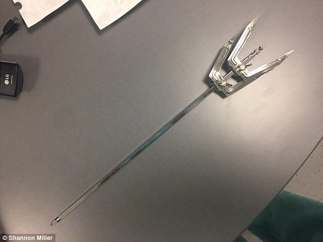 Cái xiên kim loại được kéo ra khỏi đầu Xavier.