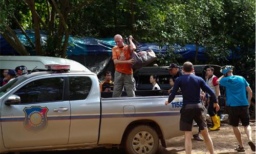 ÔngVernon Unsworth (áo cam) tại cuộc cứu hộđội bóng Lợn Hoang, Thái Lan, hồi tháng 7. Ảnh: Telegraph