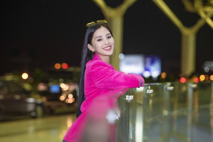 Hoa hậu đến showroom của nhà thiết kế Lê Thanh Hòa để chuẫn bị kỹ lưỡng trang phục cho lần xuất hiện này.