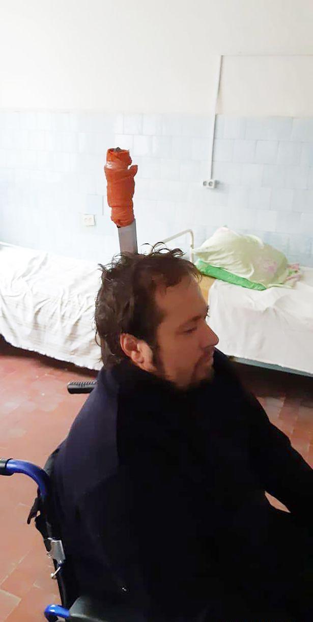 Zhokhov bình thản với con dao dài 20cm đâm xuyên đầu.