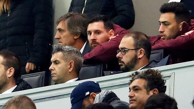 Messi ngồi trên khán đài xem các đồng đội thi đấu