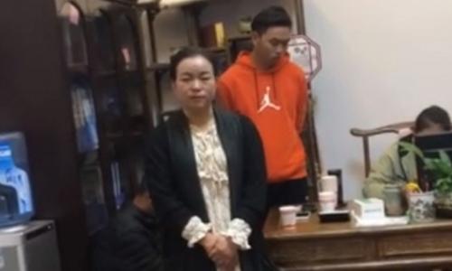Hiệu trưởng họ Trần của trường mầm non Wenguzhai xin lỗi trong đoạn video do một phụ huynh quay lại. Ảnh: Weibo.