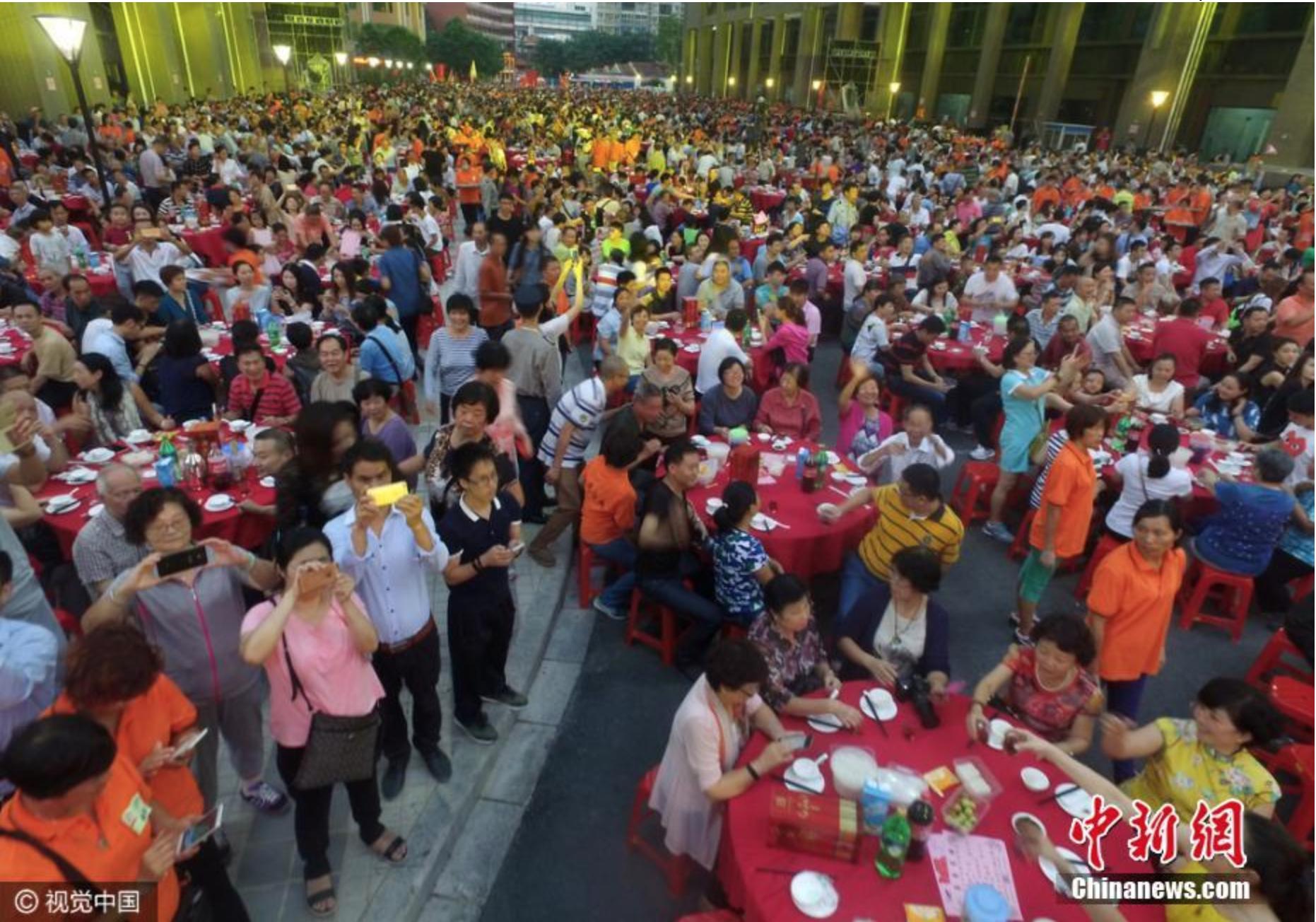 Đám cưới ở Trung Quốc: Bàn tiệc cưới nhuộm đỏ con phố dài cả cây số - Ảnh 5.