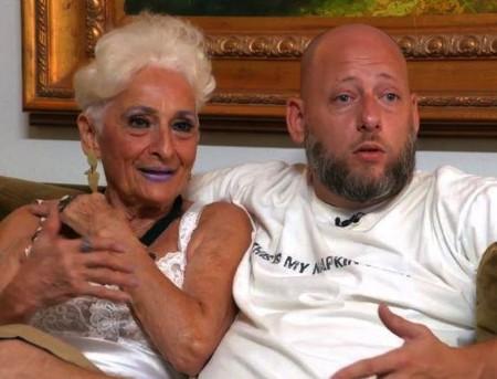 Bà Hattie gây ấn tượng với mối tình chêch lệch hơn bốn chục tuổi
