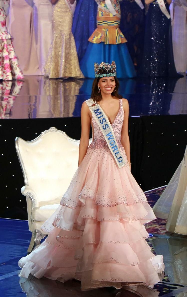 Stephanie Del Valle đại diệnPuerto Rico lên ngôi Miss World 2016, đêm chung kết màu hồng ngọt ngào này cũng được cô cân nhắc kĩ lưỡng khi đi đến sự quyết định cực đúng đắn.