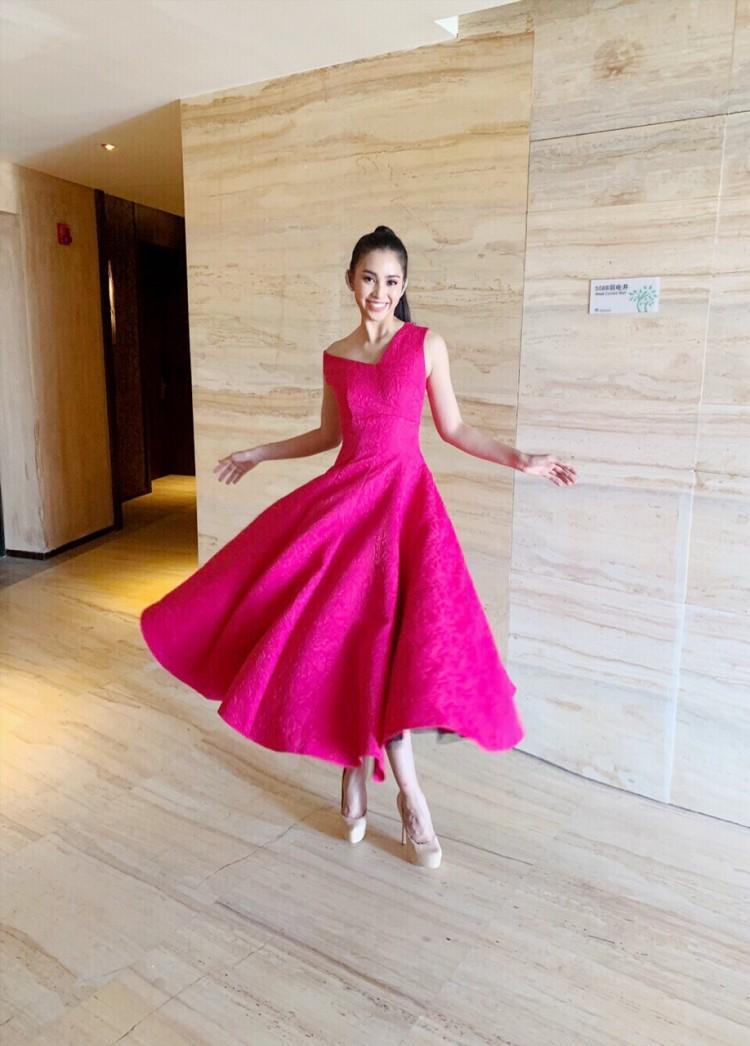 Rời xa màu hồng pastel ngọt ngào nữ tính, Tiểu Vy tiếp tục chưng diện bộ váy phom dáng xòe hoa mười giờ để khoe sắc.
