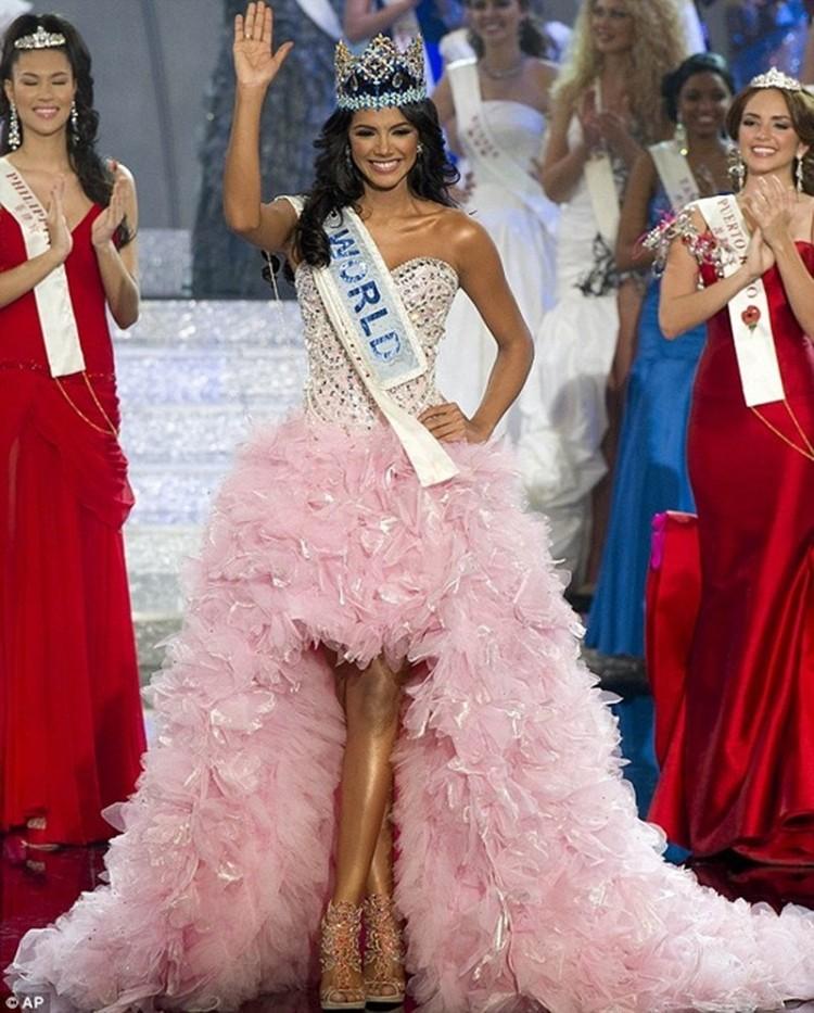 """Đại diện đến từ Venezuela tại Miss World 2011 khoác trên người bộ cánh màu hồng baby ngọt ngào như hổ mọc thêm cánh khiến """"Ivian Sarcos đẹp đến nỗi dù Venezuela đã 5 lần đoạt ngôi Hoa hậu Thế giới thì dẫu có không muốn, người ta vẫn phải trao vương miện thứ sáu cho cô""""."""