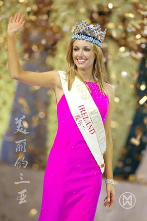 Cũng chọn màu hồng - nhưng bộ cánh màu hồng cánh sen đượcRosanna Davison chọn để mặc trong đêm chung kết Miss World 2003 đã góp phần giúp cô đăng quang năm đó.