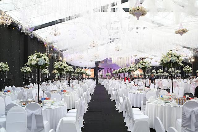 Không gian tổ chức tiệc cưới xa hoa, hoành tráng nhưng không kém phần lãng mạn của cặp đôi ở Thái Nguyên