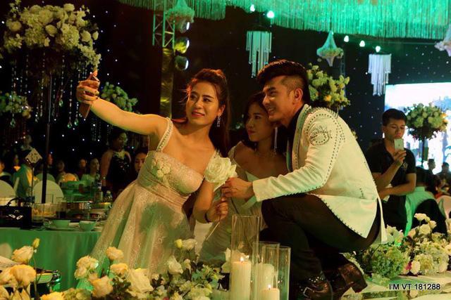 Nhiều ca sỹ nổi tiếng như Đan Trường, Quang Hà cũng góp mặt trong ngày vui của cặp đôi