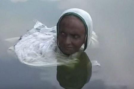 Một căn bệnh lạ đã khiến cô Pataruni Gosh luôn phải dầm mình trong nước