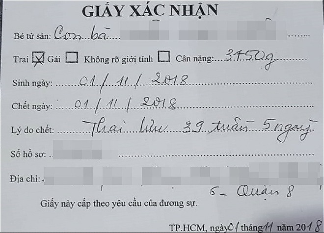 Giấy xác nhận em bé tử vong của bệnh viện cấp cho gia đình. Ảnh gia đình cung cấp.