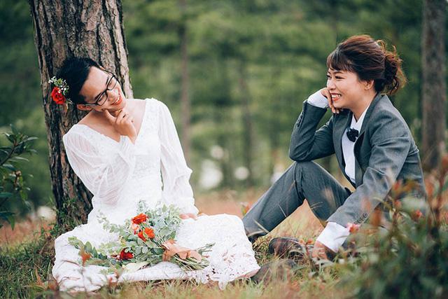 """Dương Đình Ngọc Sơn (sinh năm 1994, quê Lâm Đồng) và Hoàng Thị Kim Anh (sinh năm 1993, quê Phan Thiết) yêu nhau chỉ với câu tỏ tình """"rảnh quá, yêu đi cho bận""""."""