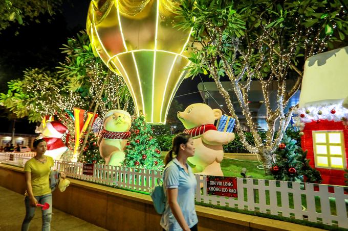Không khí Giáng sinh tràn ngập đường phố Sài Gòn