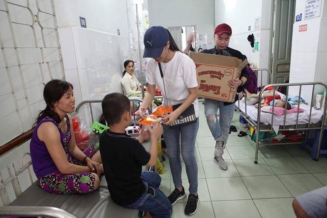 Sao Việt gói bánh, làm mứt, trang hoàng nhà cửa đón Tết Kỷ Hợi - ảnh 10