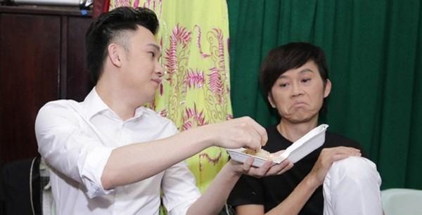 Hình ảnh anh em Hoài Linh - Dương Triệu Vũ trong một khi ngồi chờ diễn.