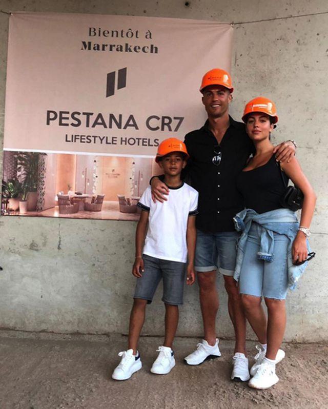 C.Ronaldo đội mũ công nhân để dẫn cả nhà đi chơi… khách sạn - 1