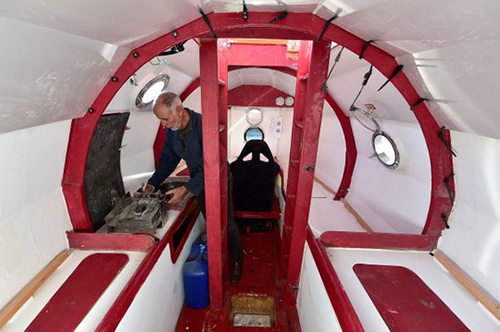 Bên trong chiếc thùng đưa ông Jean-Jacques Savin vượt Đại Tây Dương. Ảnh: AFP