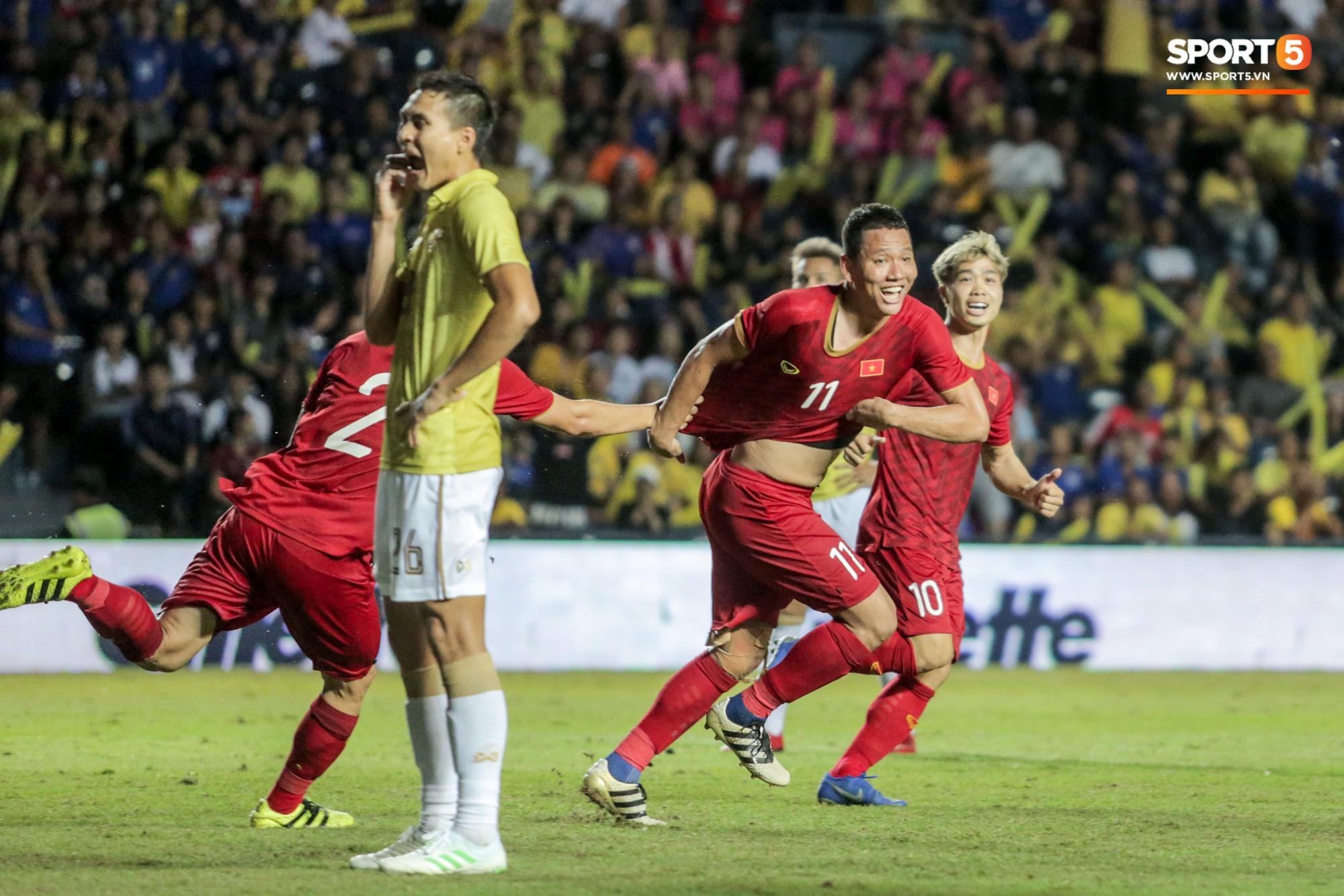 Hài hước: Tiền vệ tuyển Việt Nam bị trọng tài xin lại bụng bầu sau màn ăn mừng kinh điển - Ảnh 1.