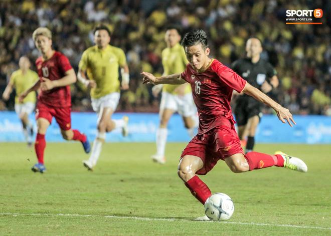 """Hài hước: Tiền vệ tuyển Việt Nam bị trọng tài xin lại """"bụng bầu"""" sau màn ăn mừng kinh điển - Ảnh 8."""