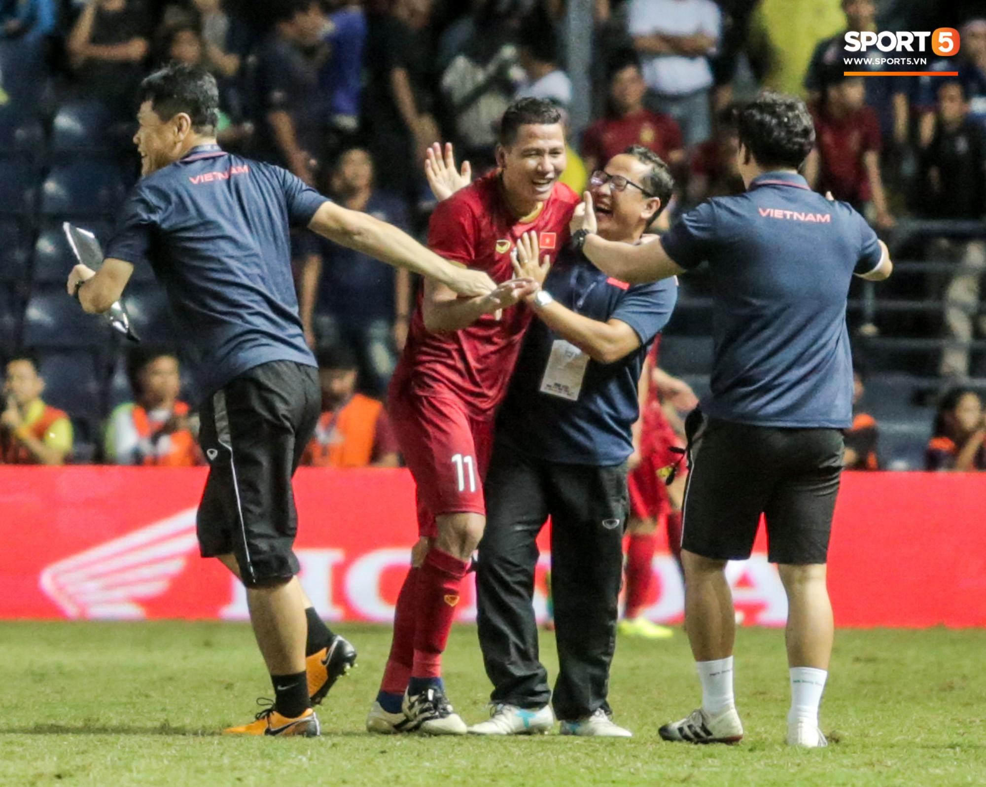 Hài hước: Tiền vệ tuyển Việt Nam bị trọng tài xin lại bụng bầu sau màn ăn mừng kinh điển - Ảnh 10.