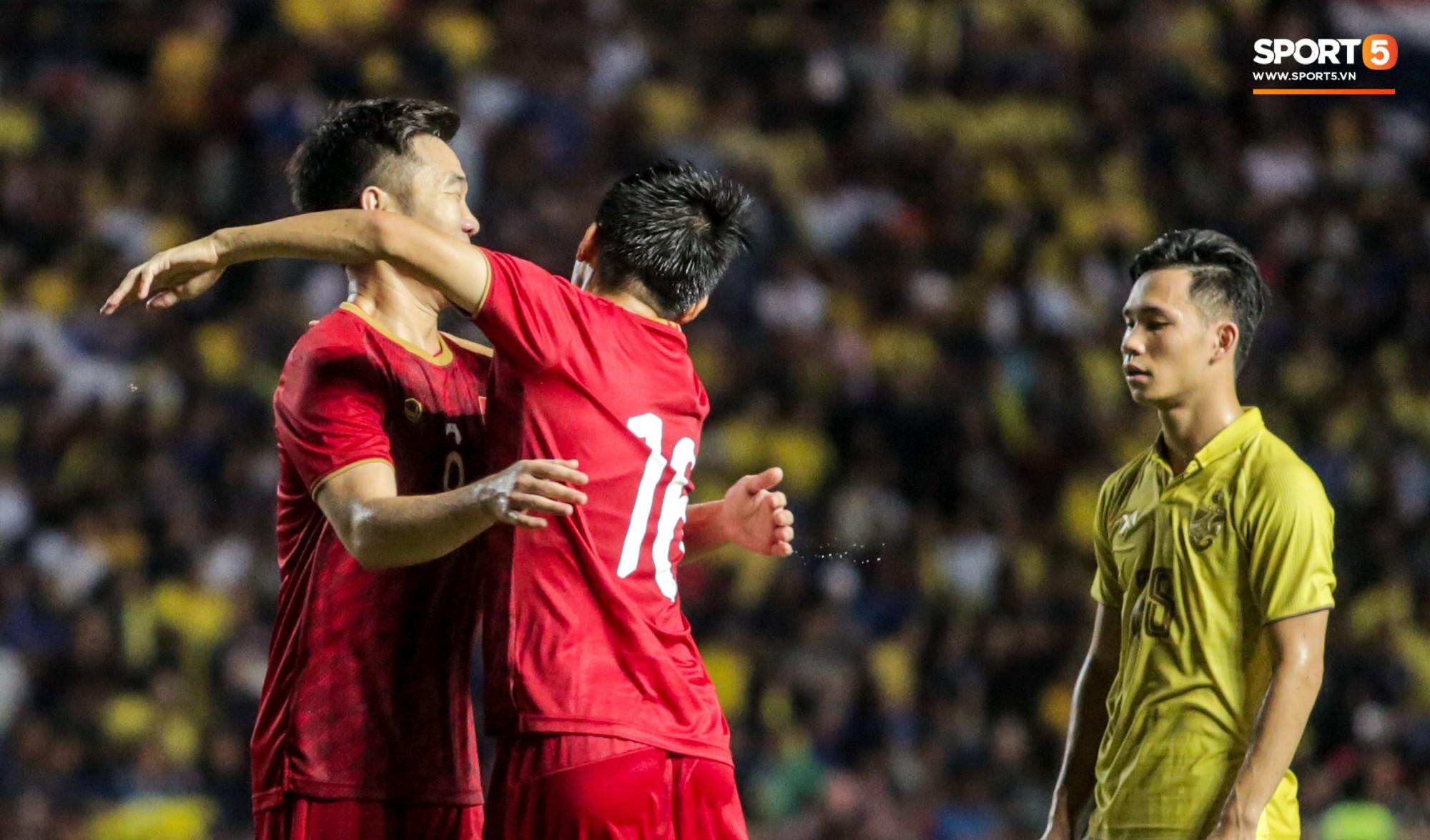 Hài hước: Tiền vệ tuyển Việt Nam bị trọng tài xin lại bụng bầu sau màn ăn mừng kinh điển - Ảnh 7.