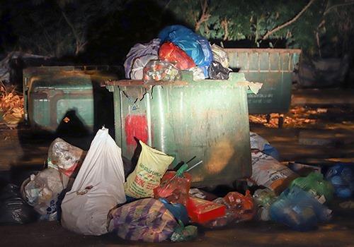 Rác tồn đọng trên đường phố Đà Nẵng. Ảnh: Nguyễn Đông
