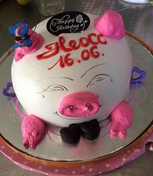 Nhiều người cũng không khỏi bật cười khi nhìn chiếc bánh sinh nhật này.