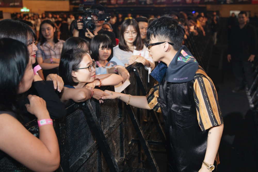 Duoc to tinh, Son Tung M-TP dong y ky giay dang ky ket hon voi fan nu hinh anh 3
