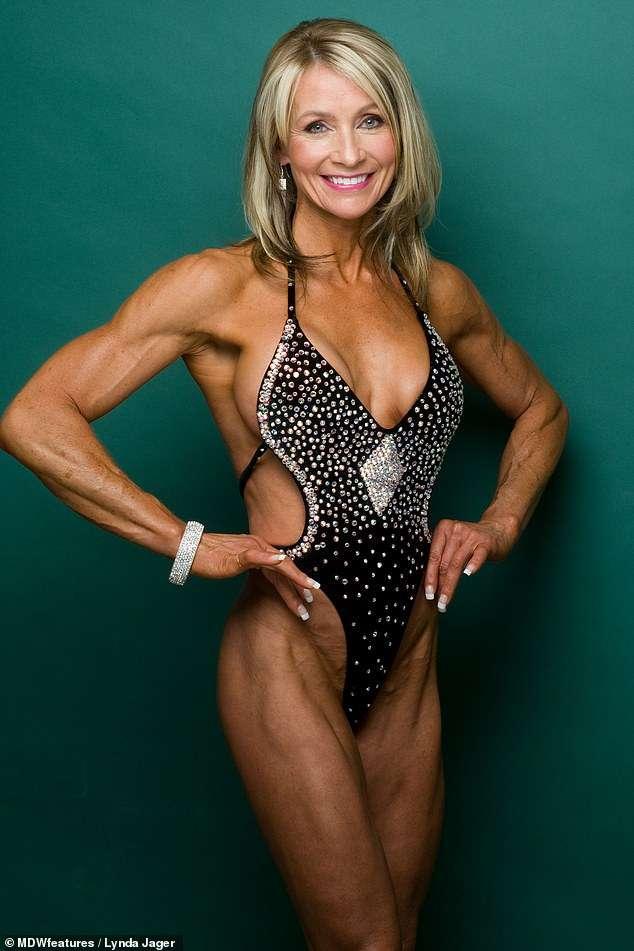 Choáng với thân hình nóng bỏng của cụ bà mê tập thể hình 61 tuổi - 1